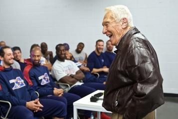 L'ancien entraîneur-chef Marv Levy se rangera du côté des Bills)