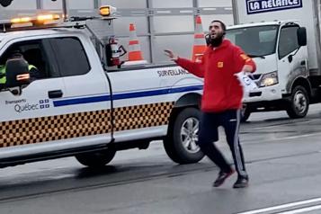 Un manifestant perturbe la circulation sur l'autoroute 20)