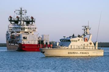 Les 180migrants secourus en mer par l'Ocean Viking débarqués en Sicile)