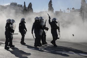 La grogne monte à Athènes contre la répression policière en plein confinement)