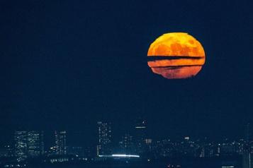 La pleine lune illumine Tokyo pour la fête de «Tsukimi»)