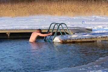 S'immerger dans l'eau glacée au nom du bien-être
