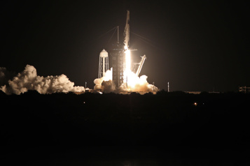 Première mission de tourisme spatial de SpaceX  Les touristes spatiaux amorcent leur voyage dans l'espace)
