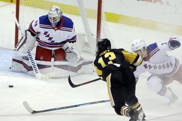 Les Penguins battent facilement les Rangers)
