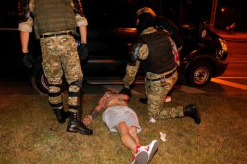 Biélorussie: la police disperse de nouvelles manifestations par la force)