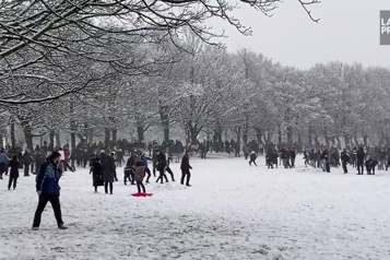 Angleterre Une bataille géante de boules de neige fait polémique)
