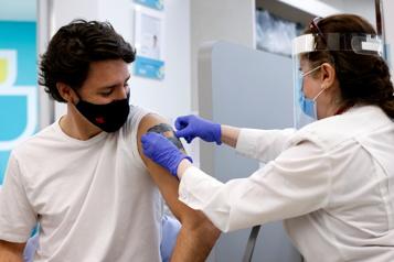 Justin Trudeau reçoit sa première dose du vaccin d'AstraZeneca)