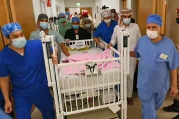 Des médecins saoudiens parviennent à séparer un bébé d'un jumeau parasite)