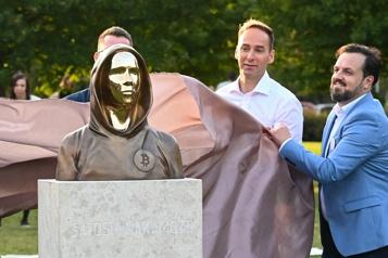 Une statue du mystérieux fondateur du bitcoin dévoilée à Budapest)