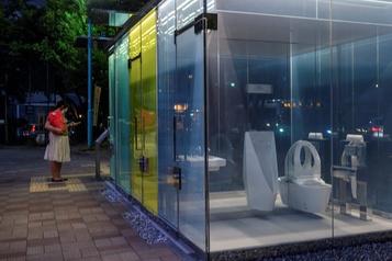 Des toilettes publiques transparentes testées à Tokyo)