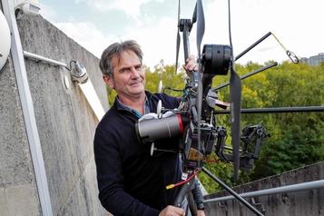 France Une entreprise met au point un drone pour filmer des matchs au-dessus des stades)
