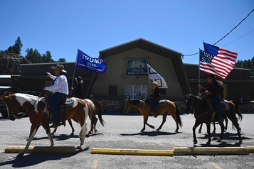 Trump au mont Rushmore alors que les cas de COVID-19 flambent)