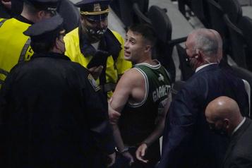 Celtics de Boston Un partisan arrêté pour avoir jeté une bouteille sur les joueurs des Nets)