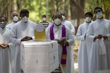 Bilan de la pandémie Au moins 3371000morts dans le monde)