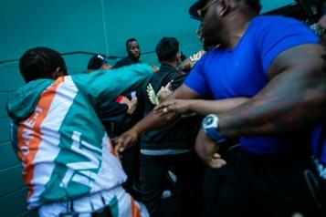 Boxe Mayweather et les frères Paul se battent lors d'une séance de photos)