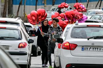 Saint-Valentin: les habitants de Téhéran font le plein de fleurs et ballons