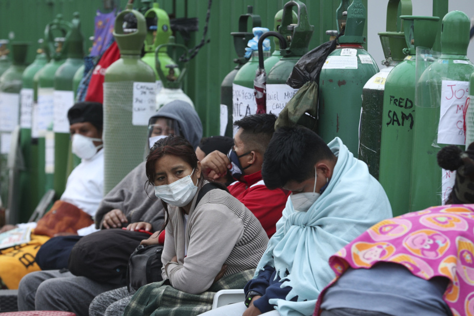 Le Pérou connaît une pénurie d'oxygène médical et les prochesdes malades en sont réduits à faire la queue pendant de longues heures dans les rues de Lima pour espérer remplir leur bonbonne.