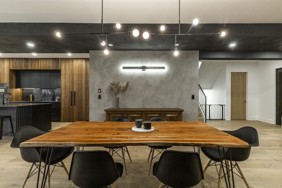 Les murs du rez-de-chaussée sont peints à la chaux, un revêtement naturel qui apporte texture, douceur et chaleur à l'espace.