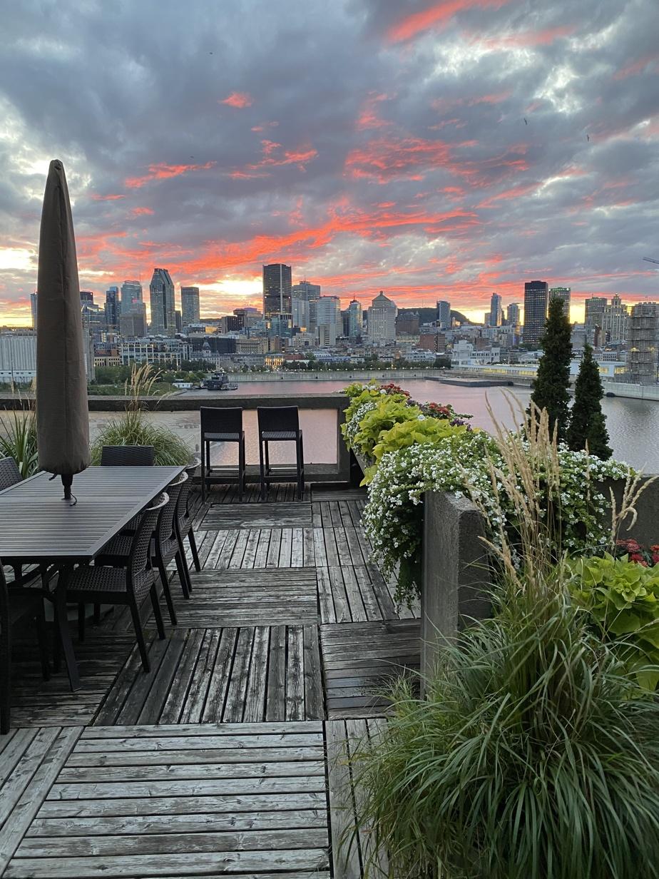 Depuis Habitat67, les résidants côté ville ont droit au couchant sur la silhouette de Montréal. Un spectacle urbain quotidien que cette lectrice admire depuis 20ans.