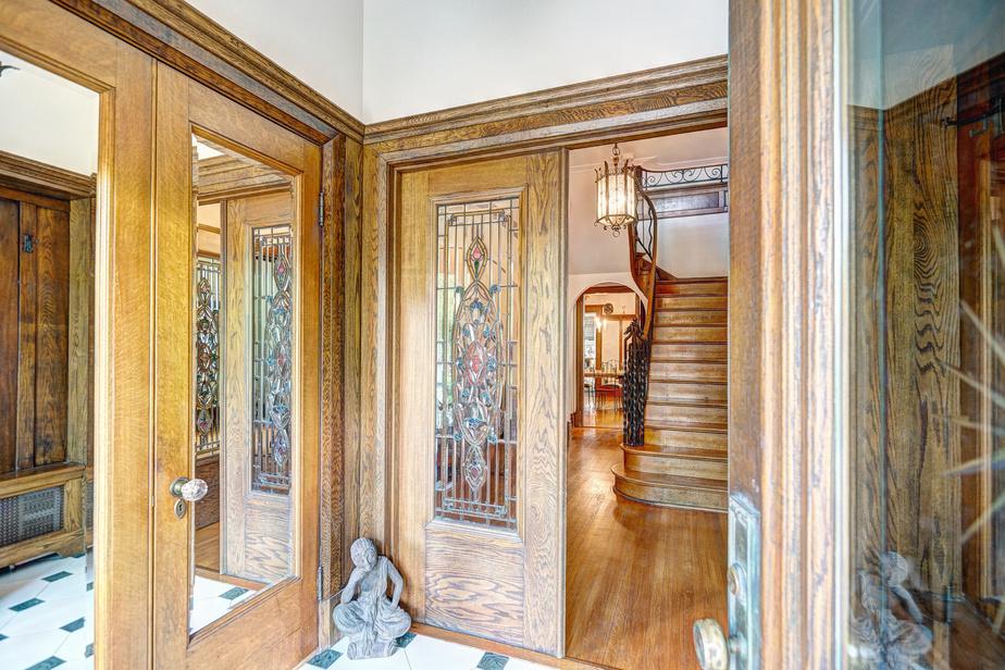 L'entrée spectaculaire témoigne du caractère ancestral de la maison grâce à la conservation de ses vitraux, de ses boiseries et de sa rampe d'escalier en fer forgé.