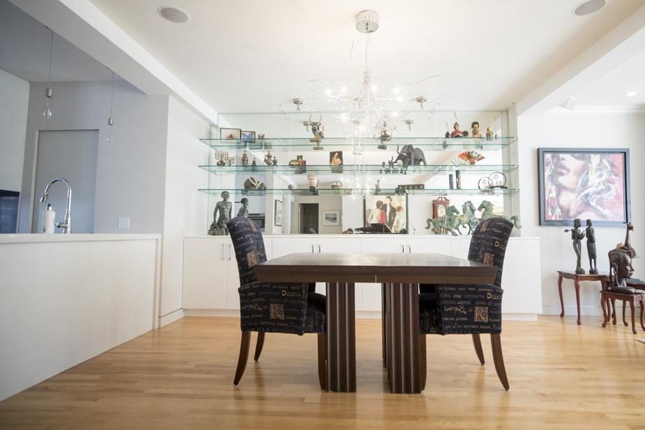 La cuisine donne sur la salle à manger et le vaste séjour, baigné de lumière.