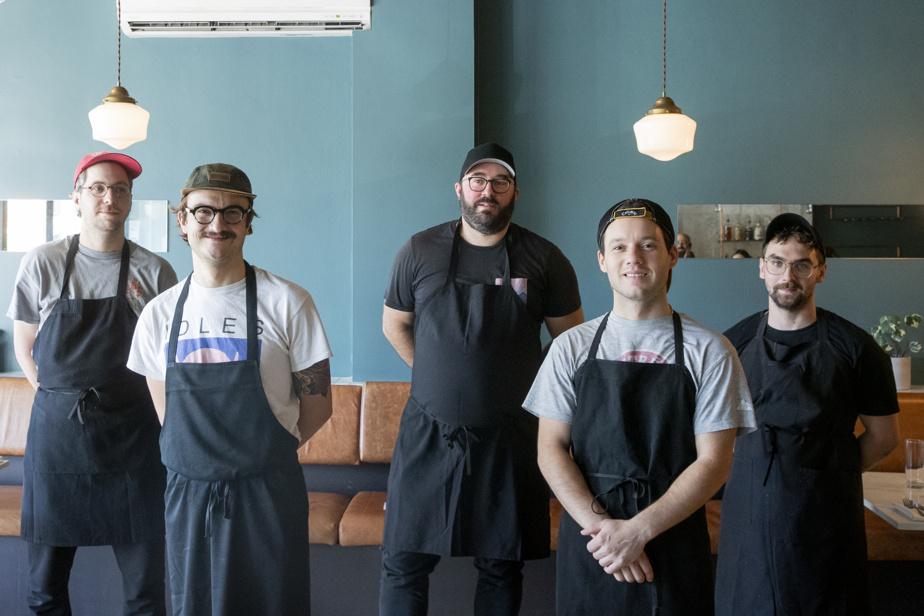 Le chef Simon Mathys, au centre, entouré, à droite, du responsable des desserts, Charles Provost, et du cuisinier Raphael Jean-Pineault et, à gauche, du plongeur Félix Blackburn et de Vincent Delaune, cuisinier.