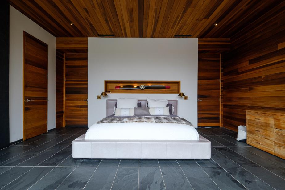 Chaque chambre offre un panorama sur la nature environnante. Celle des parents est devant le lac. Il y a des niches encastrées en bois dans presque chaque pièce.