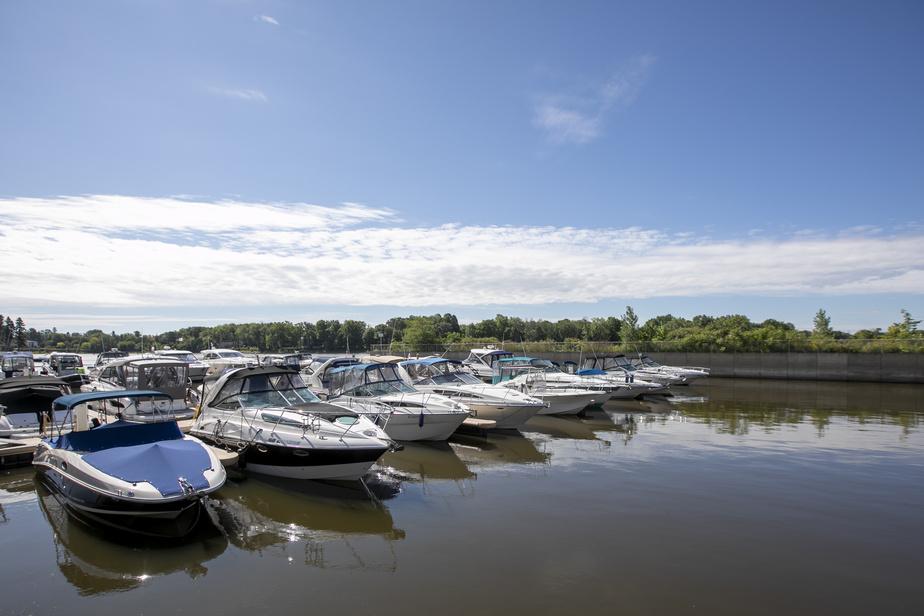 Le Club de Yacht Laval-sur-le-Lac se trouve juste derrière le parc des Chênes, au bout de la rue les Pins.