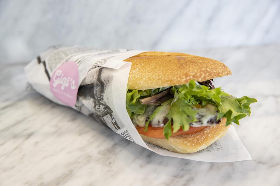 On propose aussi de décadents sandwiches, dont celui-ci, avec escalope de poulet Milanese.