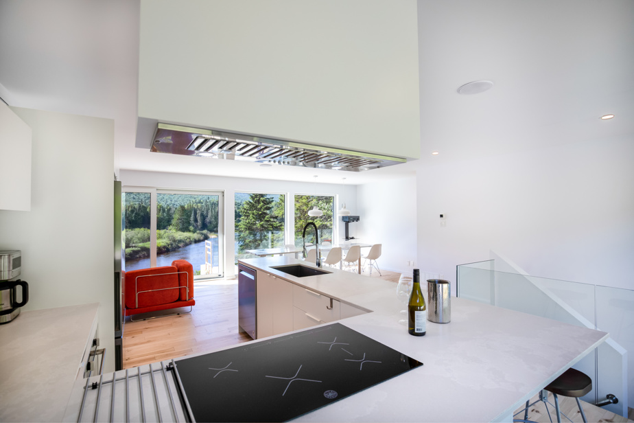 L'espace cuisine, salle à manger et salon est ouvert.