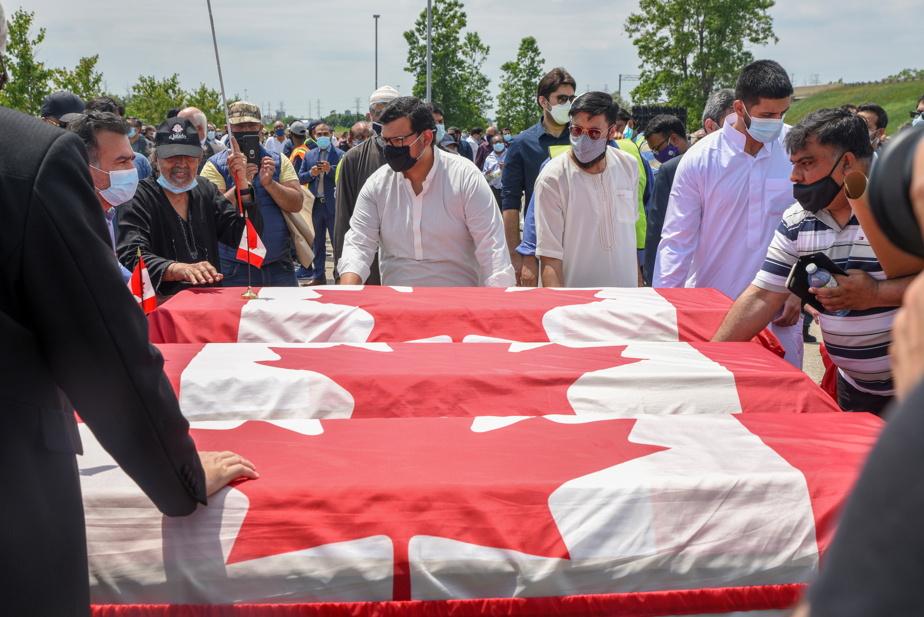 Les cercueils des victimes ont été enveloppés de drapeaux canadiens.