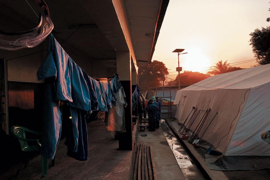 Une tente de triage d'Ebola sur le site de l'hôpital de Kiovo, en Sierra Leone, en 2014.