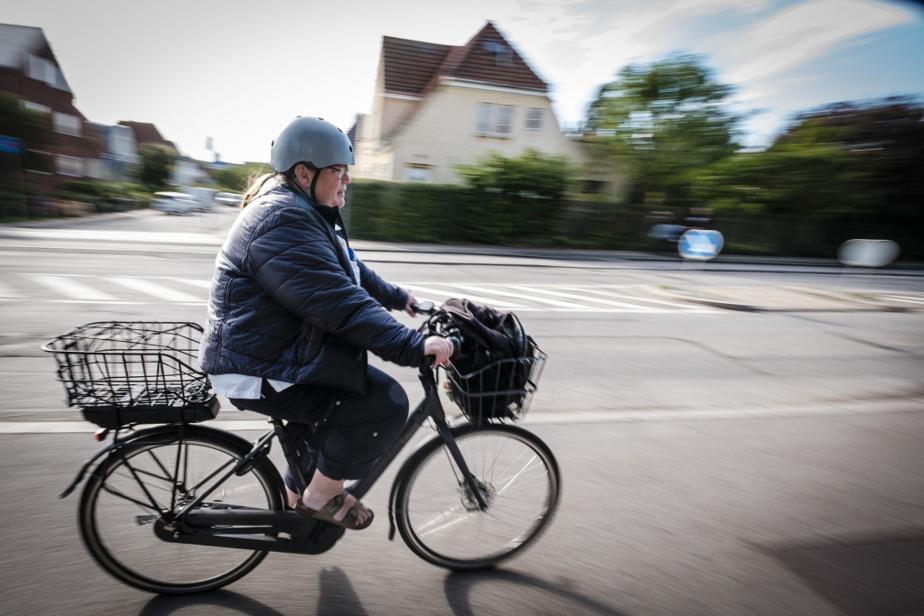Un bouton d'urgence a été installé dans le logement de Kevern. S'il tombe durant la journée, ou s'il remplit sa couche, sa femme n'a qu'à appuyer dessus. «On doit venir en 20minutes», dit Lone Schjødt. Les routes des équipes, qui se déplacent à vélo électrique, sont conçues en conséquence.