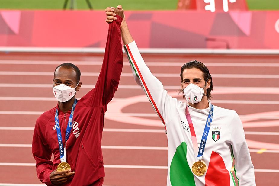 Une des belles histoires des Jeux jusqu'ici. Le Qatari Mutaz Essa Barshim et l'Italien Gianmarco Tamberi célèbrent ensemble leur médaille d'or au saut en hauteur.