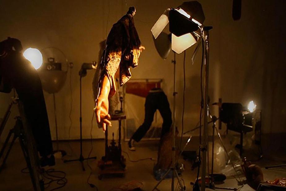 La main du magicien dans la froide lumière du jour, 2020, Milutin Gubash, techniques mixtes, dimensions variables. Vue de l'exposition au Musée d'art contemporain des Laurentides. Avec le soutien du CALQ et du Conseil des arts du Canada.
