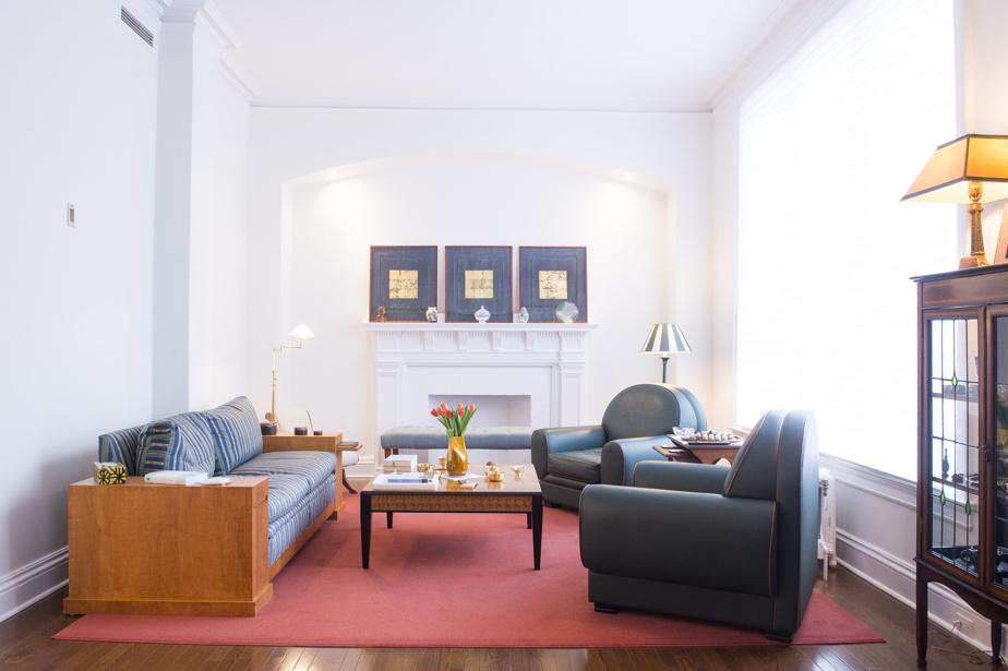 Le salon est une pièce double. Il est abondamment éclairé par les grandes fenêtres, tout comme les autres pièces. Les foyers ne sont pas fonctionnels, mais ajoutent une touche classique aux pièces.