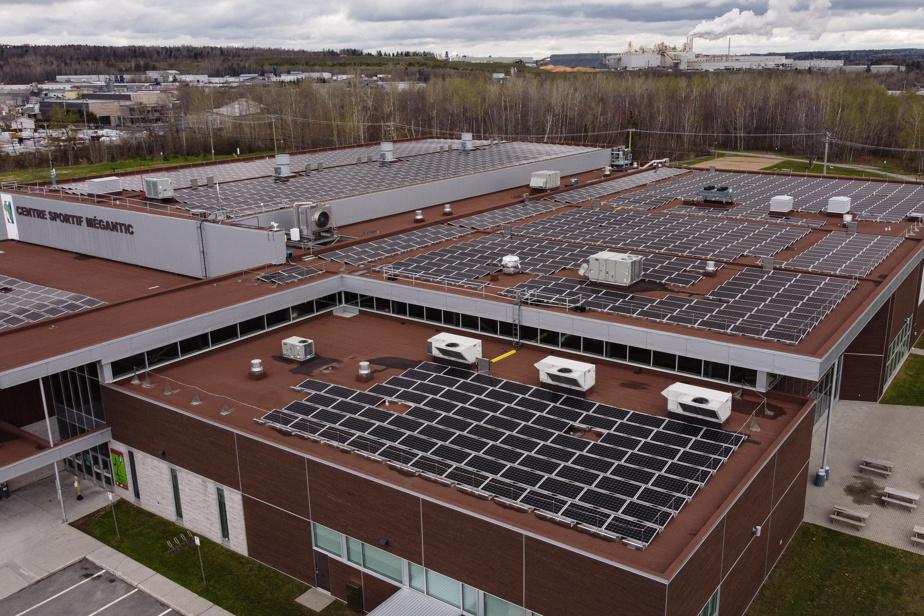 Panneaux solaires sur le toit du centre sportif de Lac-Mégantic