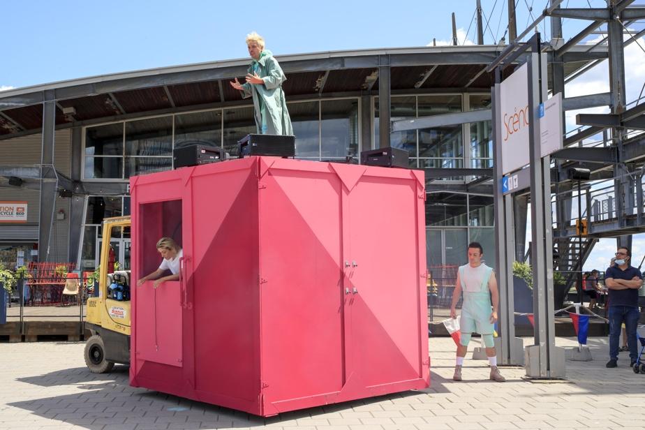 Les numéros s'articulent autour d'une singulière boîte rose d'où surgissent, au début du spectacle, des comédiens qui tentent de s'en échapper. Au fil des numéros, cette boîte est transportée parmi les quais du Vieux-Port. À l'intérieur, le public peut apercevoir une bibliothèque bien garnie de livres et de recueils québécois.