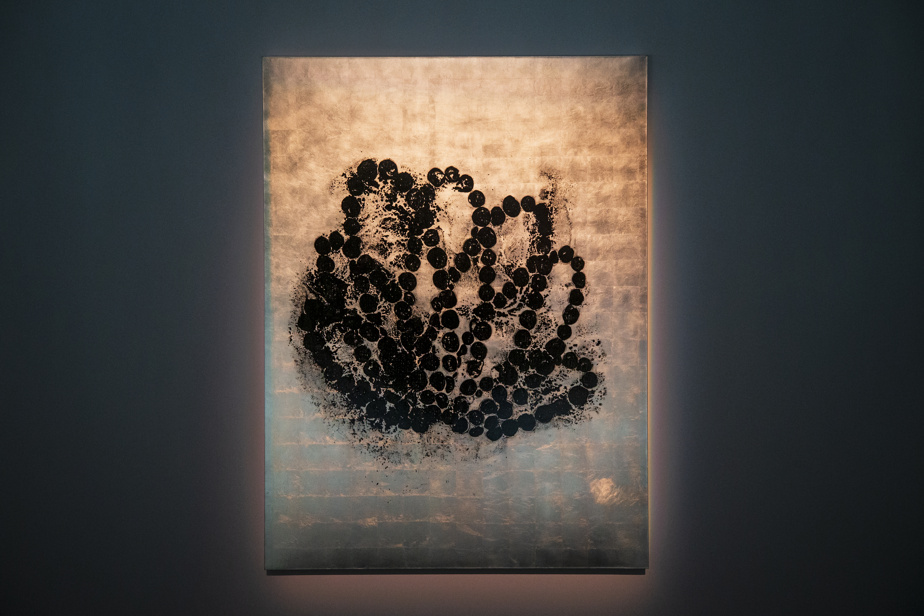 Ce tableau à l'encre noire sur fond de feuilles d'or blanc se réfère au nœud sauvage en forme de lotus noir posé sur la rivière de pavés de verre.