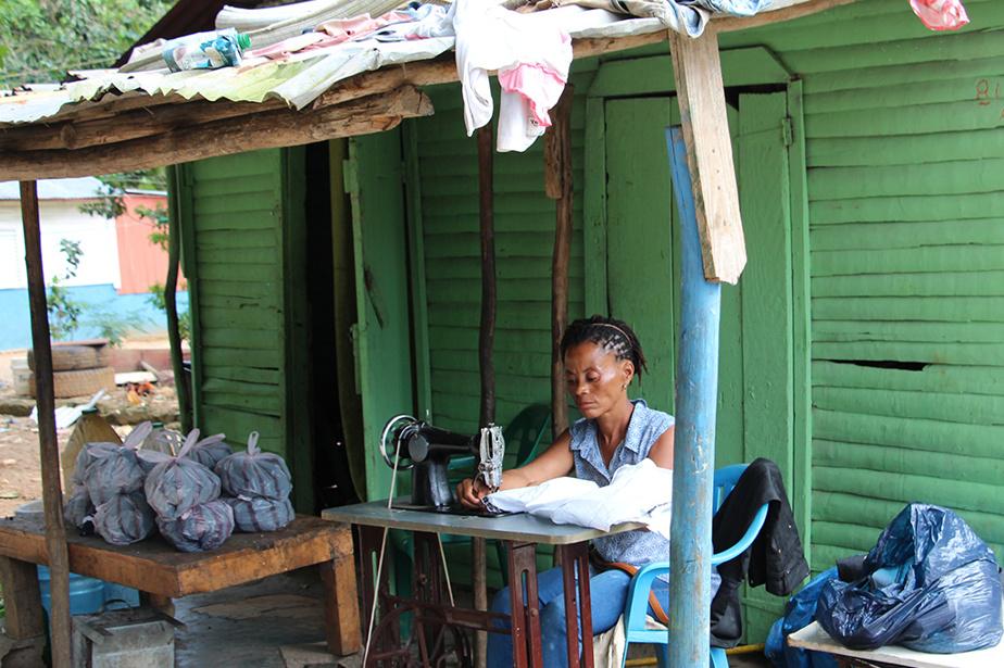 Une couturière à l'œuvre dans le village de Cosón