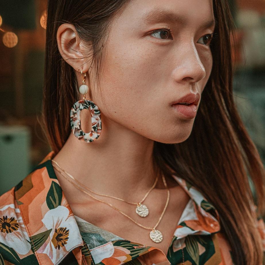 SandrineDevost crée, dans son atelier, des bijoux tantôt colorés, tantôt sobres, mais toujours élégants.