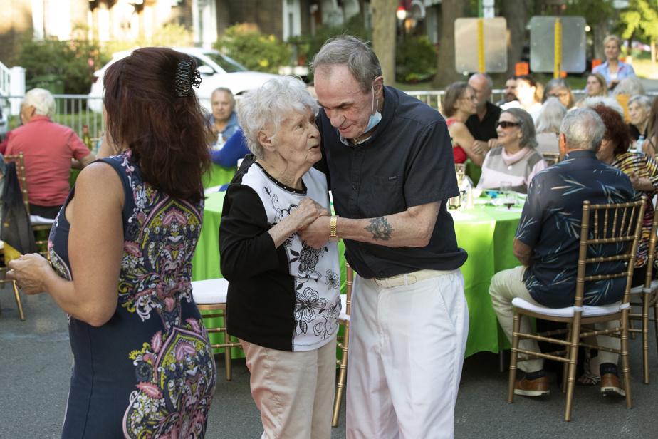 Musique rétro, champagne et excès de table. «On se croirait dans un bistro européen et non dans une résidence pour personnes âgées», s'émerveille Jacqueline Etcheverry, une résidante, qui danse ici avec son beau-frère Roland Van Daele.