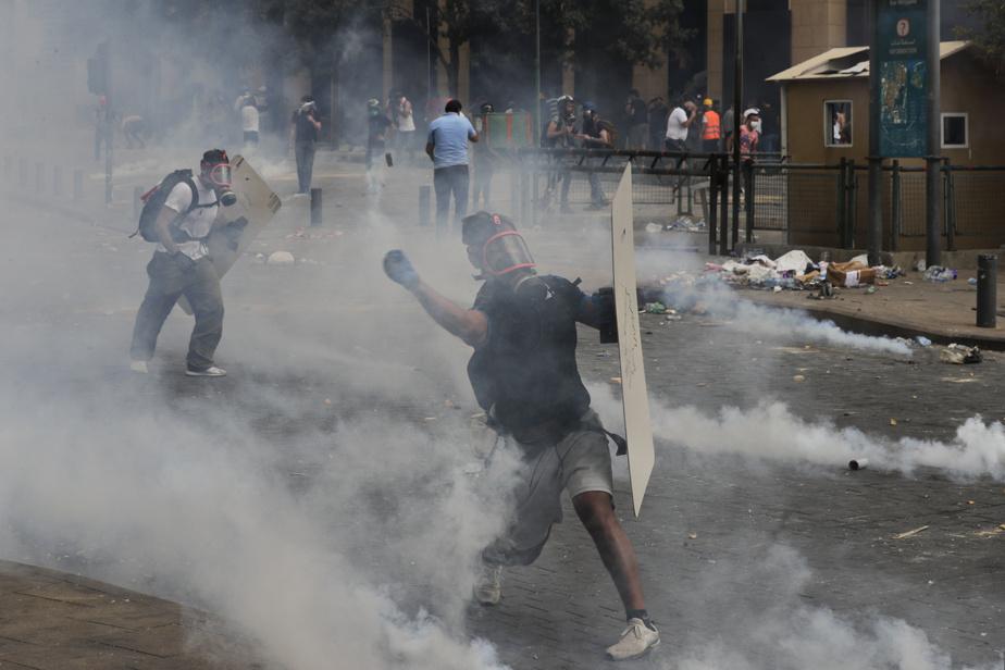 Les forces de sécurité ont utilisé des gaz lacrymogènes contre les manifestants.