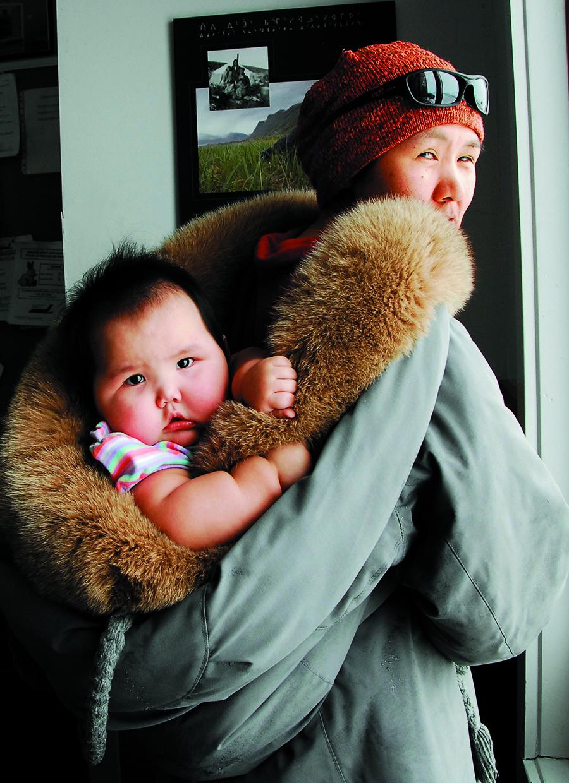 Alacie et sa fillette Oleepeka, à Inukjuak