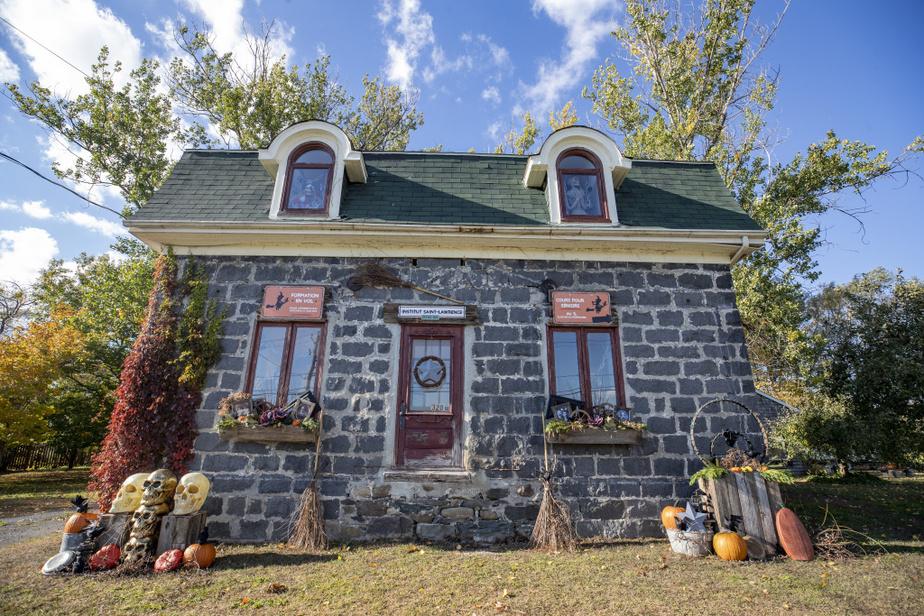Cette maison, probablement la doyenne du village, a été sauvée par le couple.En attendant qu'on lui trouve sa fonction, elle a été grimée comme école de vol pour sorciers en herbe.
