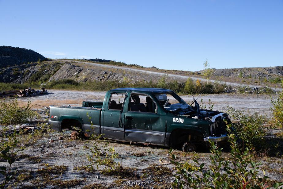 L'épave d'une camionnette, trouée de projectiles d'armes à feu, donne une ambiance western à l'endroit.