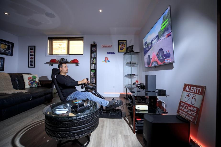 Ce passionné de jeux vidéo dispose aussi d'un coin du sous-sol consacré aux consoles de salon. Mais les machines, avec leurs lumières et leur armature, c'est une autre game??!