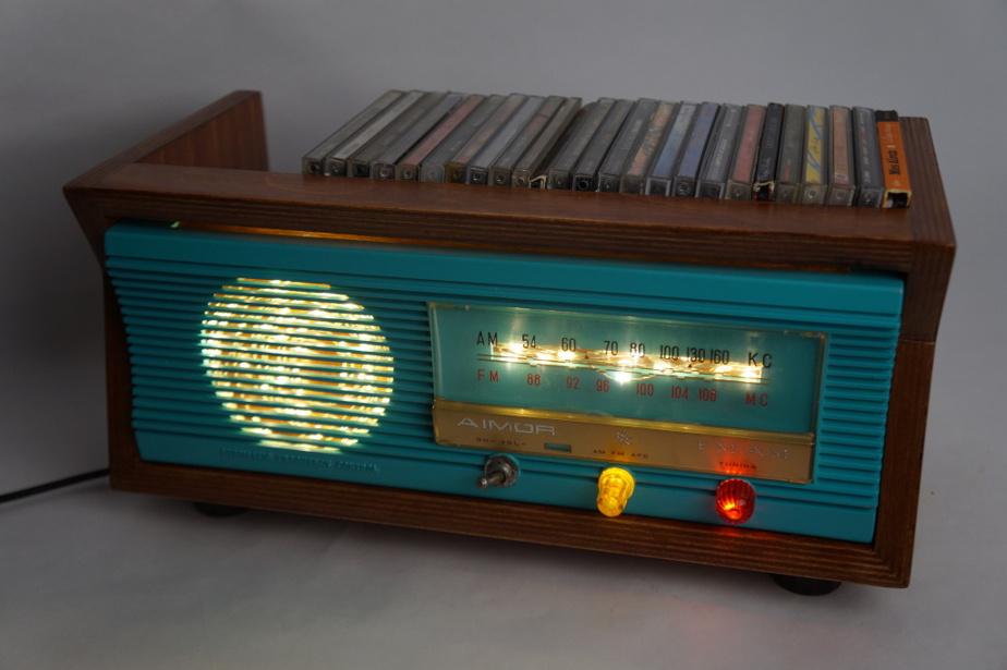 Une vieille radio devenue rangement pour CD…
