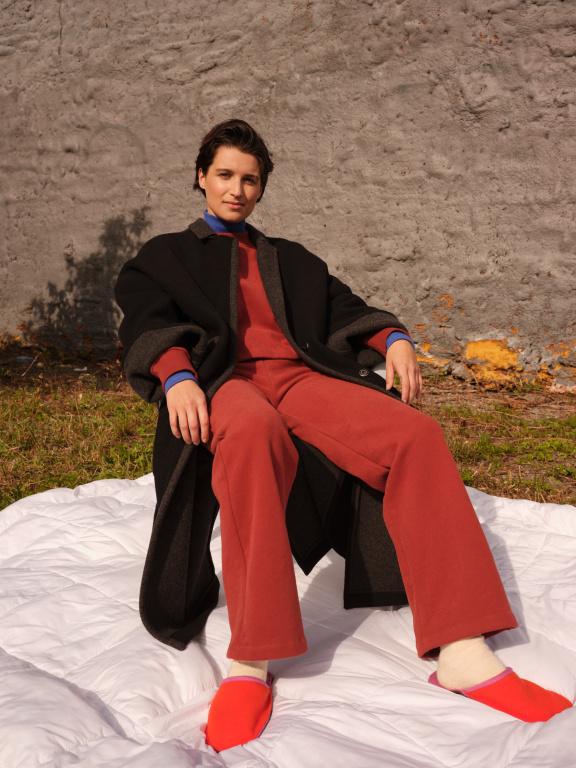 Le pantalon Eugene et le haut Flamant en brique donnent envie de se glisser dans l'automne dans le plus grand confort.