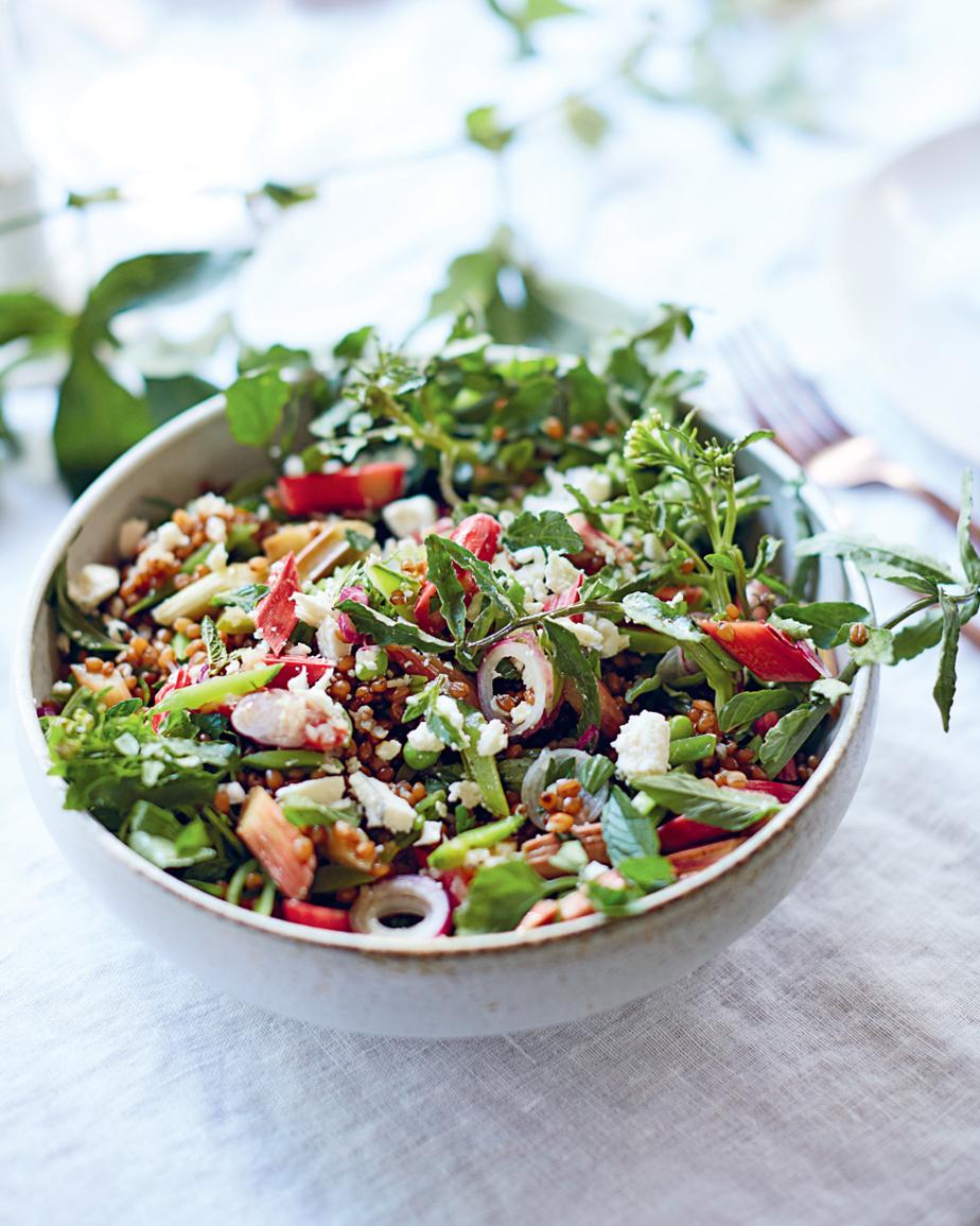 Dans cette salade, des tronçons de rhubarbe marinée changent tout.